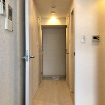 扉をあけて玄関周辺へ。※写真はクリーニング前のものになります