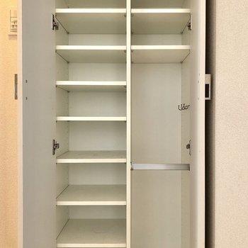 靴箱です。棚板は可動式ですよ。※写真はクリーニング前のものになります