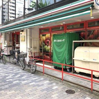 お部屋の近くにはスーパーがあります。