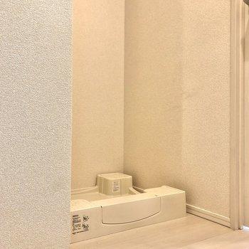 扉のすぐ右手には洗濯機置き場があります。※写真はクリーニング前のものになります