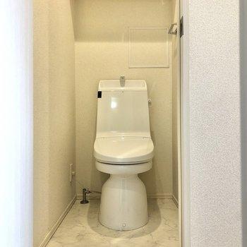 そのお隣はトイレ。上部には棚もついています。※写真はクリーニング前のものになります