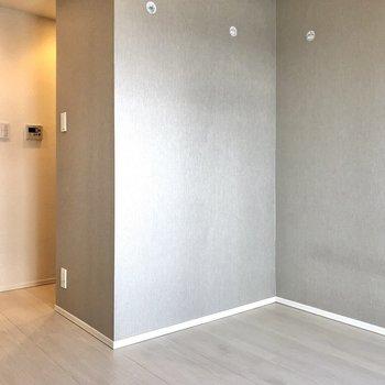 西側の壁はグレーのアクセントクロスになっています。落ち着いた印象です。※写真はクリーニング前のものになります