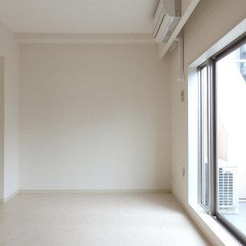 洋室7.5帖。大きな窓です ※写真は同間取り別部屋のもの、仕様変更あり