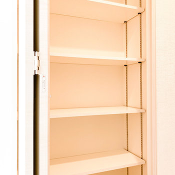 【洋室②】棚の高さを変えられます※写真は2階の同間取り別部屋のものです