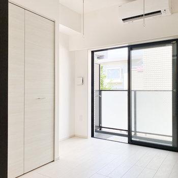 【洋室①】室内物干し竿かけがあります※写真は2階の同間取り別部屋のものです