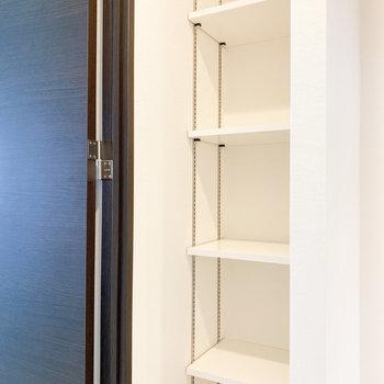 廊下にもオープンな収納棚があります※写真は2階の同間取り別部屋のものです