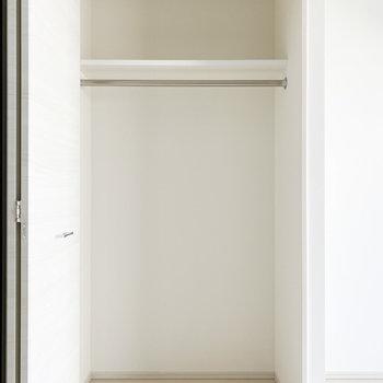 【洋室①】衣類はこちらのクローゼットへ※写真は2階の同間取り別部屋のものです