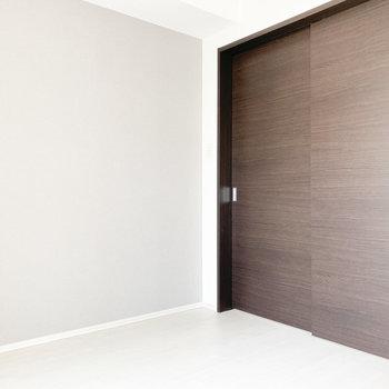 【洋室①】閉めても圧迫感はありません※写真は2階の同間取り別部屋のものです