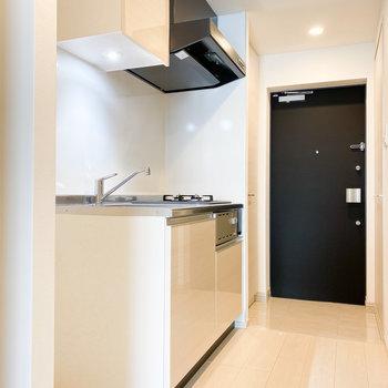 お部屋に馴染むベージュのキッチン※写真は2階の同間取り別部屋のものです