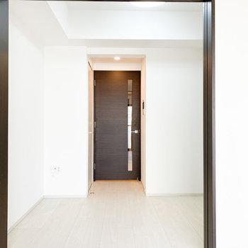 【洋室②】ドアは一部がガラスになっています※写真は2階の同間取り別部屋のものです