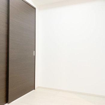 【洋室②】引き戸なのでスペースを有効活用できますね※写真は2階の同間取り別部屋のものです