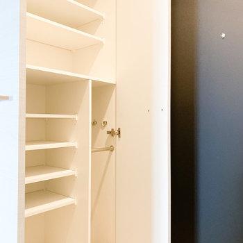 棚は細かく分かれています※写真は2階の同間取り別部屋のものです