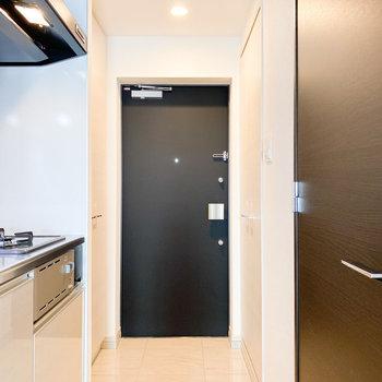 玄関は靴の脱ぎ履きがしやすい広さがあります※写真は2階の同間取り別部屋のものです