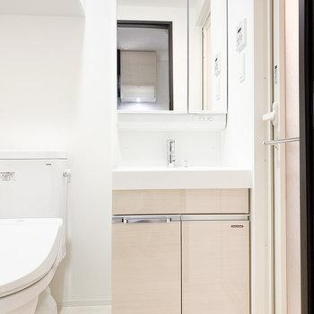キッチンと同じ色の独立洗面台※写真は2階の同間取り別部屋のものです