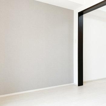 【洋室①】優しいグレーのアクセントクロス※写真は2階の同間取り別部屋のものです