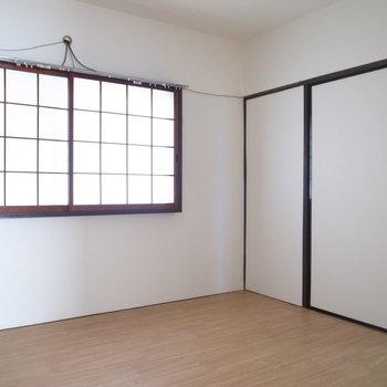 ここも障子!窓の外は共用部の廊下です。
