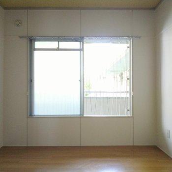 共用廊下側の洋室。大きな窓はブラインドや簾で目隠しを。(※写真は4階の同間取り別部屋のものです)