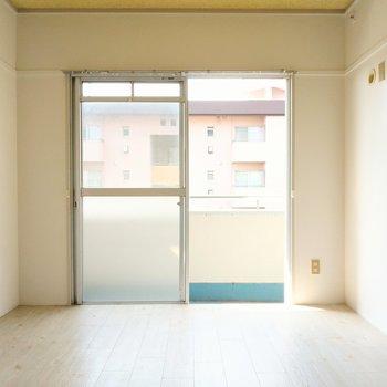 バルコニー側の洋室。子供部屋によさそう。(※写真は4階の同間取り別部屋のものです)