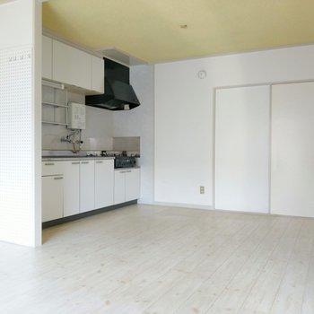 リビングの壁は有孔ボードにフック付き◎冷蔵庫はキッチン横に。(※写真は4階の同間取り別部屋のものです)