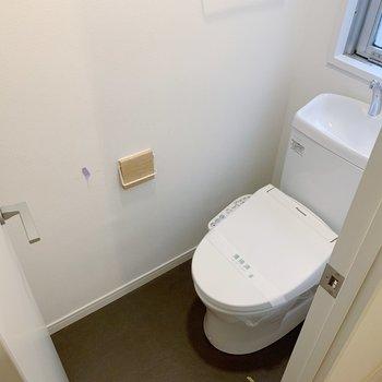 トイレも新しいものに。タオルハンガーも木製のものへ。細かいところもこだわりをギュッと!