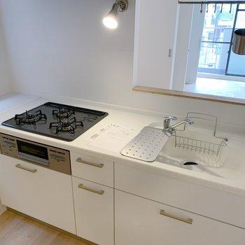 キッチンの天板は人工大理石を使用!汚れも目立たなくて掃除が捗りますね。
