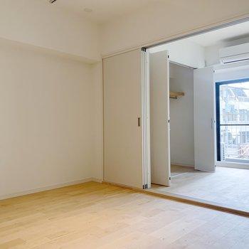 奥の寝室とは引き戸で仕切ることができますよ。