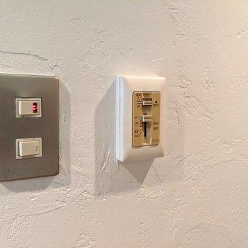 漆喰風の塗壁が良いなぁ。レトロなスイッチ。その横が湯温調整。