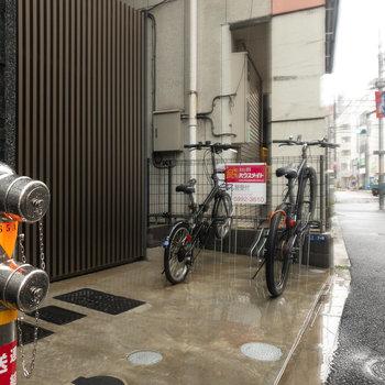 通り沿いにも自転車を置けます。