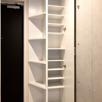 玄関収納は高さのあるたっぷりサイズ。※写真は2階の同間取り別部屋のものです
