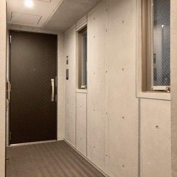共用廊下は打ちっぱなしコンクリートでクールな雰囲気。