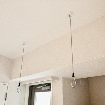 ベランダ前には室内干し用竿掛け!雨の日も安心ですね。※写真は2階の同間取り別部屋のものです