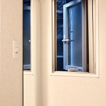 お出かけ前は、こちらの全身鏡で見出しなみチェック!※写真は2階の同間取り別部屋のものです