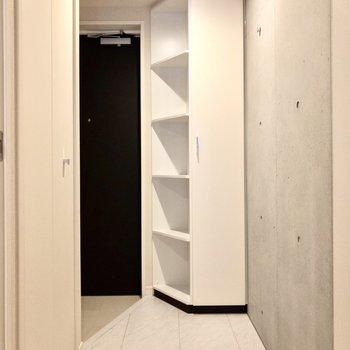玄関スペースには打ちっぱなしのコンクリートがチラリ。※写真は2階の同間取り別部屋のものです