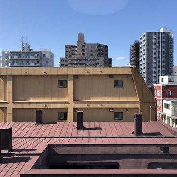 こちらはリビングからの眺望。4階のお部屋なので遮るものはあまりありません。