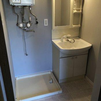 こちらは脱衣所。洗面台の左側に洗濯機を置くスペースがあります。