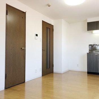 【LD】キッチンの左側には冷蔵庫を設置できるスペースがあります。