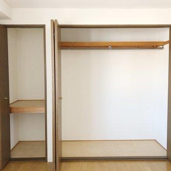 【洋室】左側はアウターをかけられるような大きなクローゼット、右側には布団などを収納できそうです。