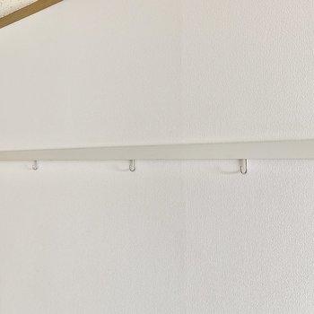 ハンガーフックにはドライフラワーを掛けて彩りを。