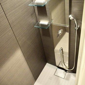 お風呂はシャワーになっています。お掃除もしやすい◎(※写真は4階の同間取り別部屋のものです)