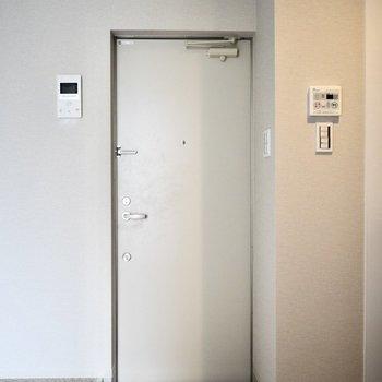 玄関はお一人様サイズ。 シューズボックスはありませんので、お隣にでもご用意ください!(※写真は3階の同間取り別部屋のものです)
