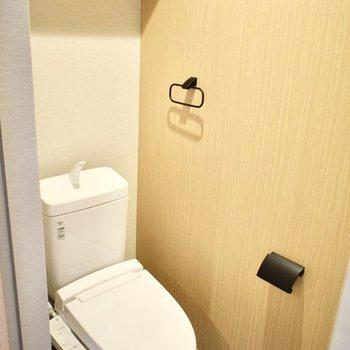 トイレは落ち着きのある色が使われています。ウォシュレット付!(※写真は3階の同間取り別部屋のものです)