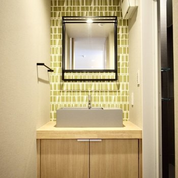 独立洗面台は鮮やかな草色で華やかな仕様です!(※写真は3階の同間取り別部屋のものです)