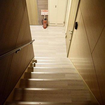 エレベーターはなく、階段を使うことになります〜!頑張ってください!