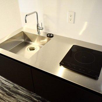IH1口コンロです。シンプルなキッチンなのでお掃除は楽々とできそうです。(※写真は4階の同間取り別部屋のものです)