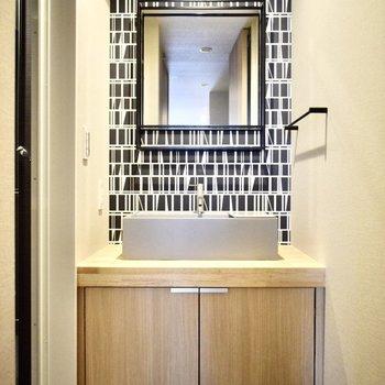 こちらもブラック!木調のライトブラウンで柔らかくなっていますが、全体的にかっこいい感じのお部屋。(※写真は4階の同間取り別部屋のものです)