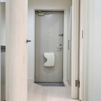 白を基調とした玄関になります※写真は2階の反転間取り別部屋のものです