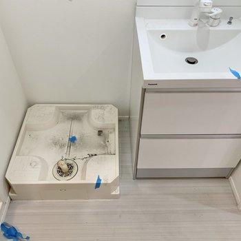 洗面台の横は洗濯機置き場になります※写真は2階の反転間取り別部屋のものです