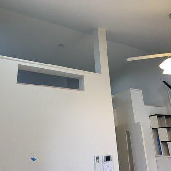 リビングからみたロフト、形がオシャレですね※写真は2階の反転間取り別部屋のものです