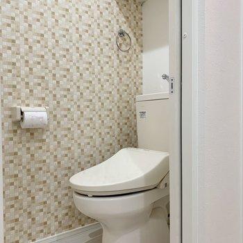 アクセントクロスがオシャレな個室トイレです※写真は2階の反転間取り別部屋のものです