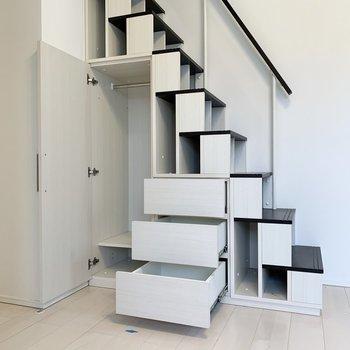 階段の側面も収納になってました、面白い!※写真は2階の反転間取り別部屋のものです